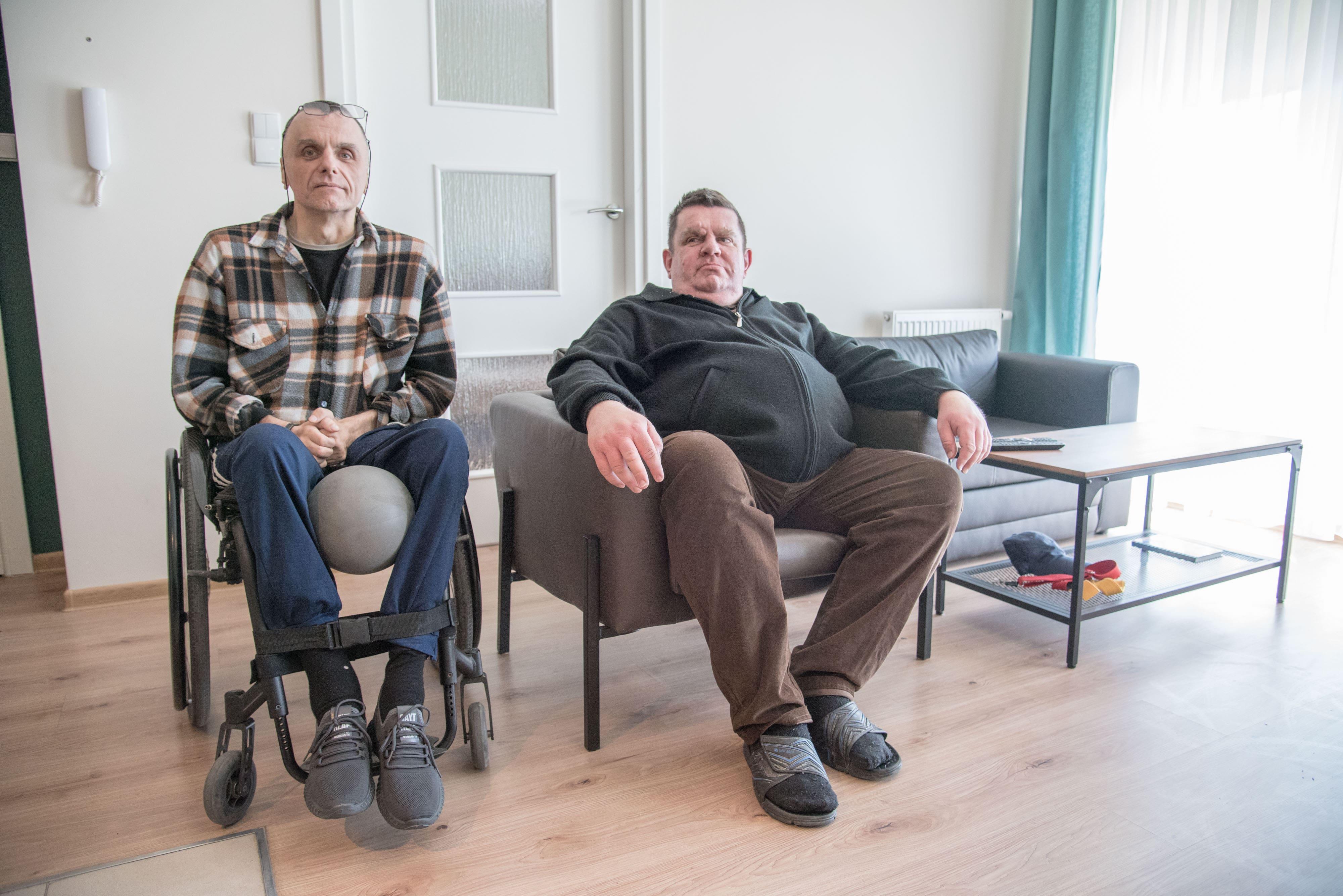 Bracia Stanisław i Grzegorz w nowym mieszkaniu komunalnym