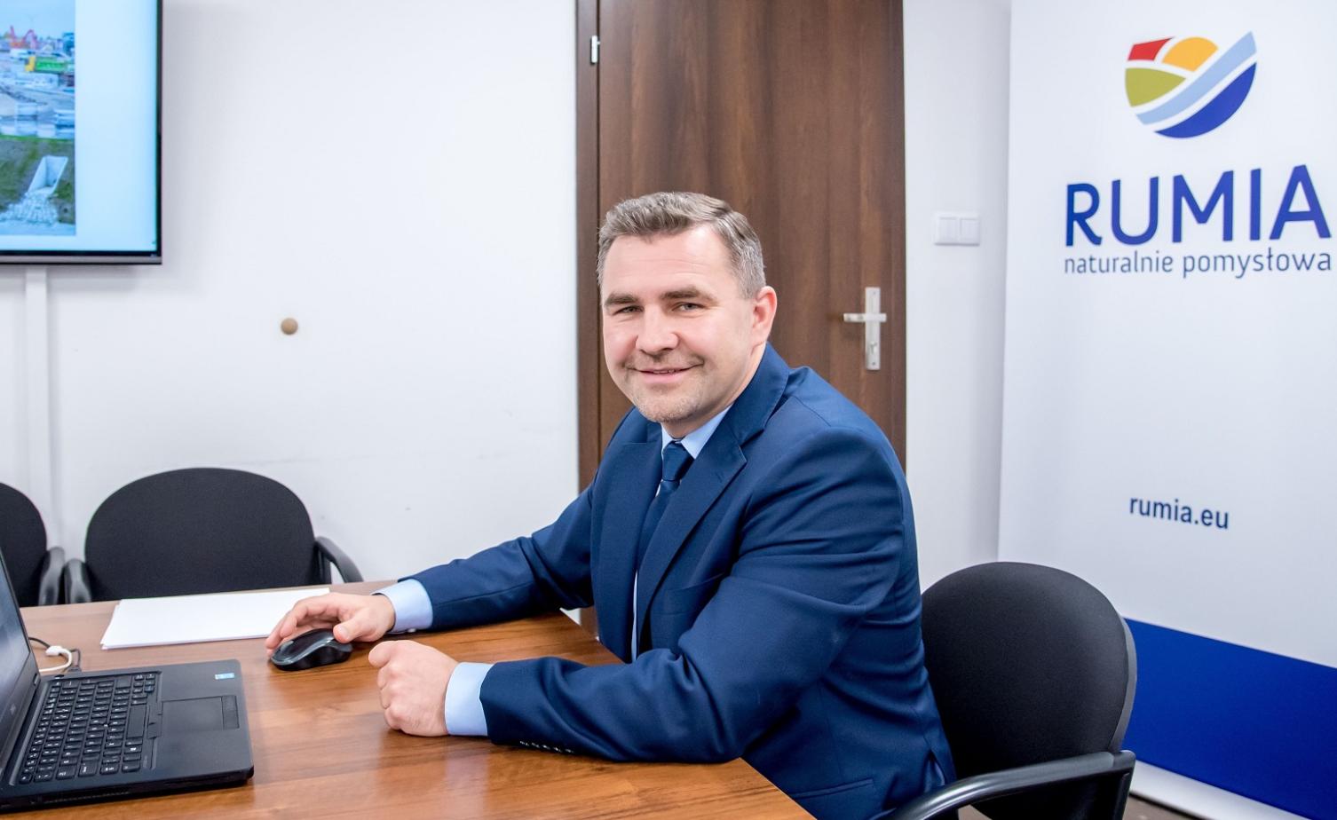 Burmistrz Michał Pasieczny przygotowujący się do wideokonferencji
