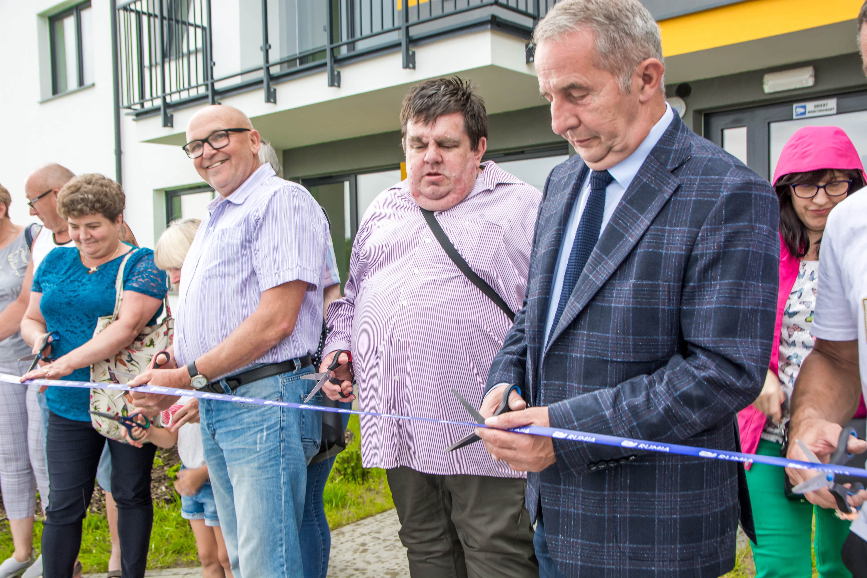 W środku pan Grzegorz, brat pana Stanisława. Zdjęcie wykonane podczas otwarcia nowego budynku komunalnego