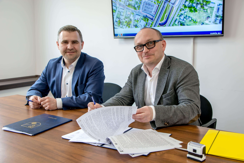 Podpisanie umowy z Budimexem, od lewej: burmistrz Michał Pasieczny oraz kierownik budowy i dyrektor grupy kontraktów Wojciech Kołacki