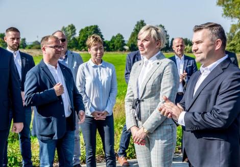 Zgromadzeni goście, na pierwszym planie burmistrz Michał Pasieczny oraz prezes spółki Rumia Invest Park Agnieszka Rodak.