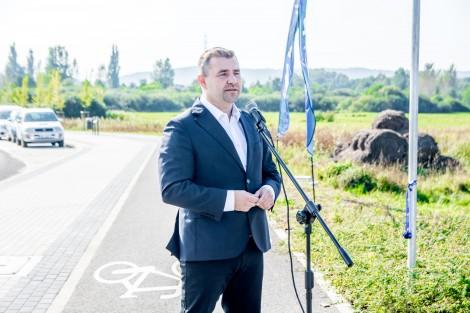 Przemawiający burmistrz Michał Pasieczny.