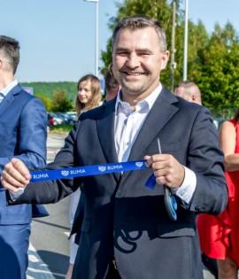 Burmistrz Michał Pasieczny prezentuje odcięty fragment symbolicznej wstęgi.