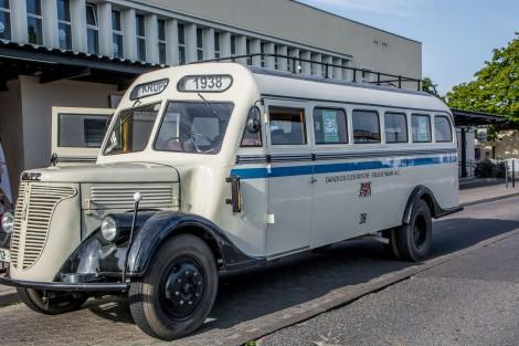 Zabytkowy autobus, który kursował ulicami miasta.
