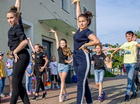"""Układ choreograficzny w wykonaniu Studia Tańca i Ruchu """"Creative Dance""""."""