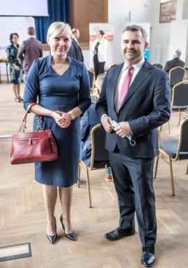 Prezes Rumia Ivest Park Agnieszka Rodak oraz burmistrz Rumi Michał Pasieczny przed podpisaniem deklaracji.