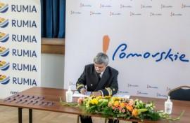 """Moment podpisania deklaracji powołania inicjatywy """"Pomorska Platforma Rozwoju Morskiej Energetyki Wiatrowej na Bałtyku""""."""
