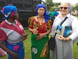 Siostra Elżbieta Blok wspólnie z przedstawicielami afrykańskiej społeczności.