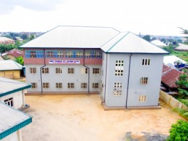 Budynek szkoły z lotu ptaka.