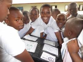 Uczniowie odbierający paczki z darami.