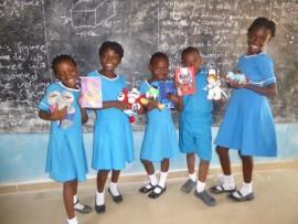 Uczniowie prezentujący otrzymane dary.