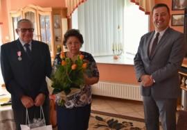 Państwo Zygmunt i Krystyna Bistramowie wraz z wiceburmistrzem Arielem Sinickim.