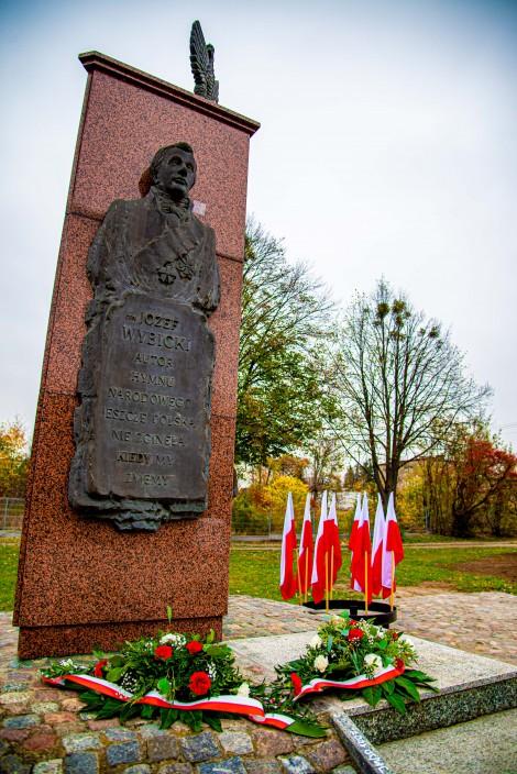 Ozdobiony patriotycznie pomnik Józefa Wybickiego i Hieronima Derdowskiego.