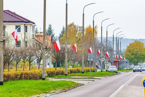 Flagi wywieszone na ulicach miasta.