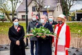 Złożenie kwiatów pod pomnikiem Józefa Wybickiego i Hieronima Derdowskiego, w którym uczestniczyli: burmistrz Michał Pasieczny, wiceburm...
