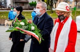 Złożenie kwiatów pod pomnikiem Józefa Wybickiego i Hieronima Derdowskiego. Od lewej: wiceprzewodnicząca rady miejskiej Maria Bochniak, ...