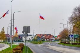 Rondo im. rotmistrza Witolda Pileckiego – zamontowany na stałe 18-metrowy maszt flagowy.