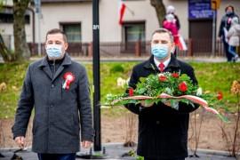 Składanie kwiatów przez przedstawicieli władz miasta: od lewej wiceburmistrz Ariel Sinicki oraz burmistrz Michał Pasieczny.