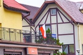 Flaga wywieszona przez mieszkańca.