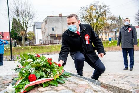 Moment złożenia kwiatów przez przedstawicieli władz miasta.