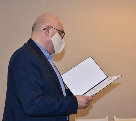 Wiceburmistrz Piotr Wittbrodt odczytujący życzenia