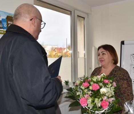 Moment wręczania kwiatów i składania życzeń Gabrieli Konarzewskiej, dyrektorowi Miejskiego Ośrodka Pomocy Społecznej w Rumi
