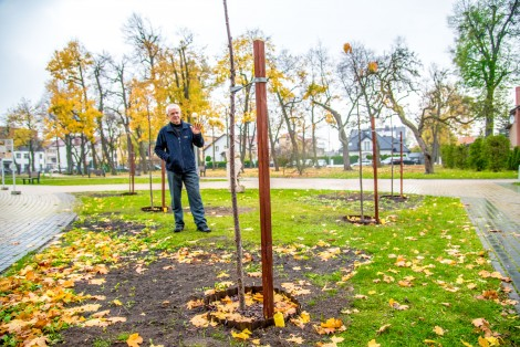Pan Andrzej wśród zasadzonych przez siebie drzew