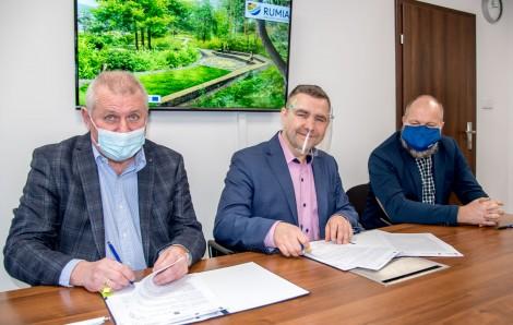 Podpisanie umowy z udziałem burmistrza Michała Pasiecznego (w środku) oraz przedstawicieli gdyńskiej firmy budowlano-drogowej MTM S.A.