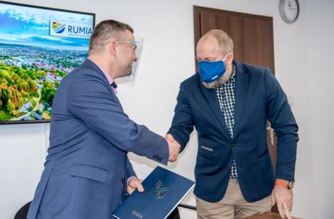 Uściski dłoni po podpisaniu umowy na budowę publicznej infrastruktury na Wzgórzu Markowca.