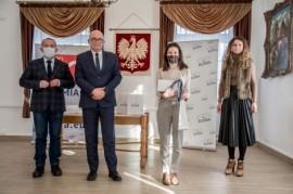 Od lewej: przewodniczący rady miejskiej Krzysztof Woźniak, wiceburmistrz Piotr Wittbrodt, laureatka Katarzyna Szczepańska oraz dyrektor...