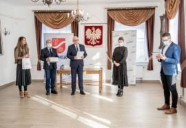 Od lewej: dyrektor MDK-u Agnieszka Skawińska, przewodniczący rady miejskiej Krzysztof Woźniak, wiceburmistrz Piotr Wittbrodt oraz laure...