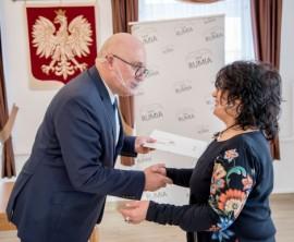 Wiceburmistrz Piotr Wittbrodt oraz Beata Went – wręczenie nagrody