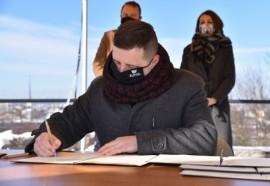 Podpisanie dokumentu przez wiceburmistrza Ariela Sinickiego
