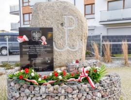 Udekorowany pomnik Armii Krajowej