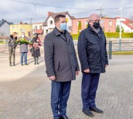 Wiceburmistrz Ariel Sinicki oraz wiceburmistrz Piotr Wittbrodt po złożeniu kwiatów pod pomnikiem Armii Krajowej