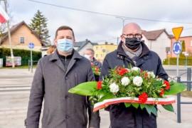 Wiceburmistrz Ariel Sinicki oraz wiceburmistrz Piotr Wittbrodt przed złożeniem kwiatów pod pomnikiem Armii Krajowej