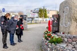 Przewodniczący rady miejskiej Krzysztof Woźniak oraz radne: Teresa Hebel i Magdalena Mrowicka podczas składania kwiatów pod pomnikiem A...