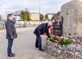 Wiceburmistrz Ariel Sinicki oraz wiceburmistrz Piotr Wittbrodt podczas składania kwiatów pod pomnikiem Armii Krajowej