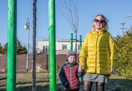 Fundatorka drzew pani Daria wraz z 4-letniem wnukiem Tymonem
