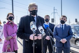 Wicepremier Jarosław Gowin (przy mikrofonach) zapowiedział  starania o centralne finansowanie Drogi Trzech Powiatów