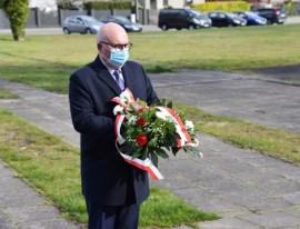 Wiceburmistrz Piotr Wittbrodt przed złożeniem kwiatów pod obeliskiem