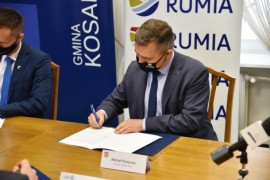 Burmistrz Rumi Michał Pasieczny podpisujący porozumienie