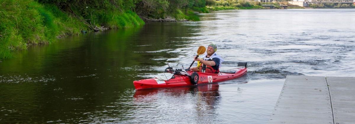 Przepłynął kajakiem 2000 kilometrów. Zrobił to dla dziadka i domu samotnej matki