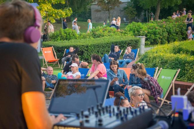 Muzyka i lody, czyli relaks pod miejskim domem kultury