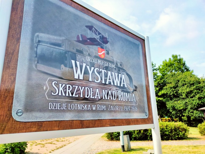 Przy MDK-u stanęła plenerowa wystawa o rumskim lotnisku