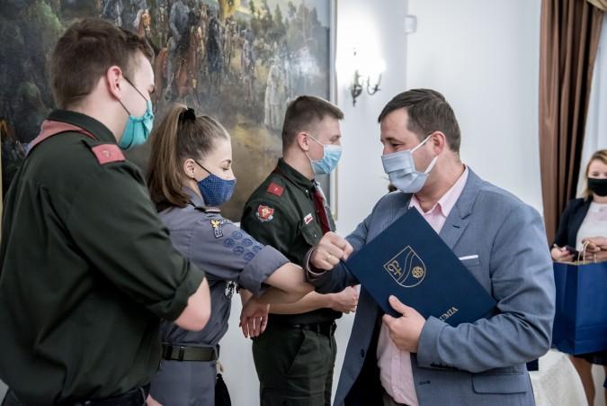 Wolontariusze, którzy szyli i dystrybuowali maseczki, zostali nagrodzeni