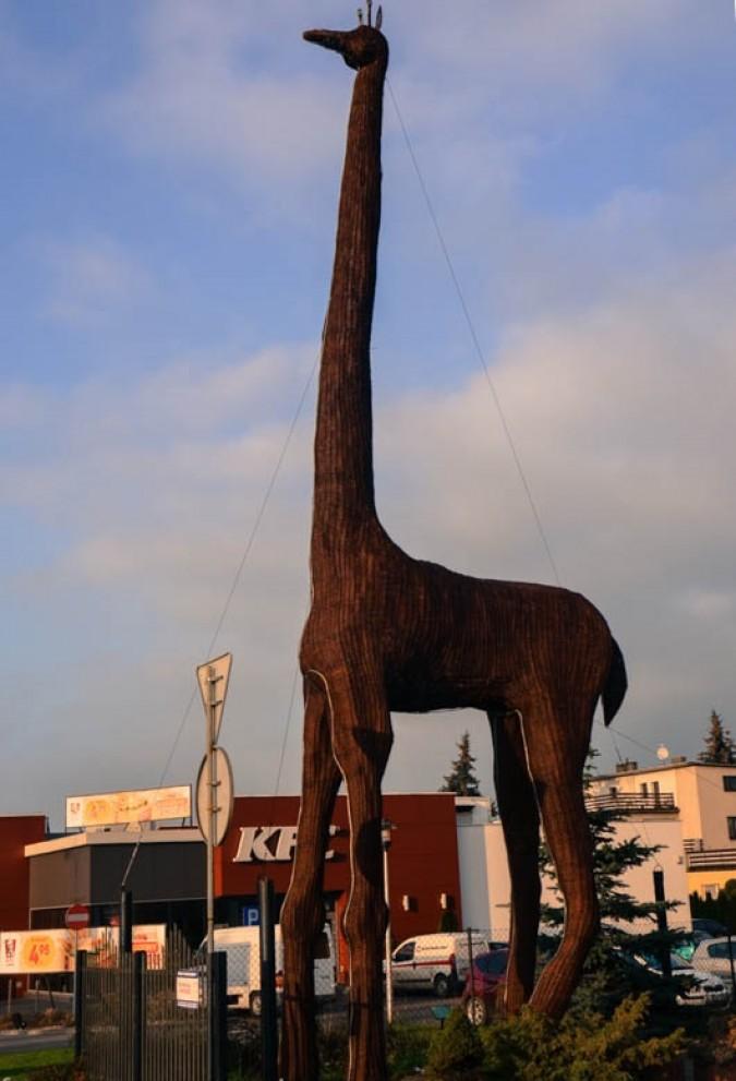 Wiklinowa żyrafa przy drodze krajowej numer 6