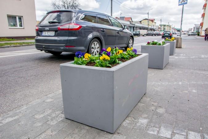 Przejścia dla pieszych bezpieczniejsze dzięki betonowym donicom z kwiatami