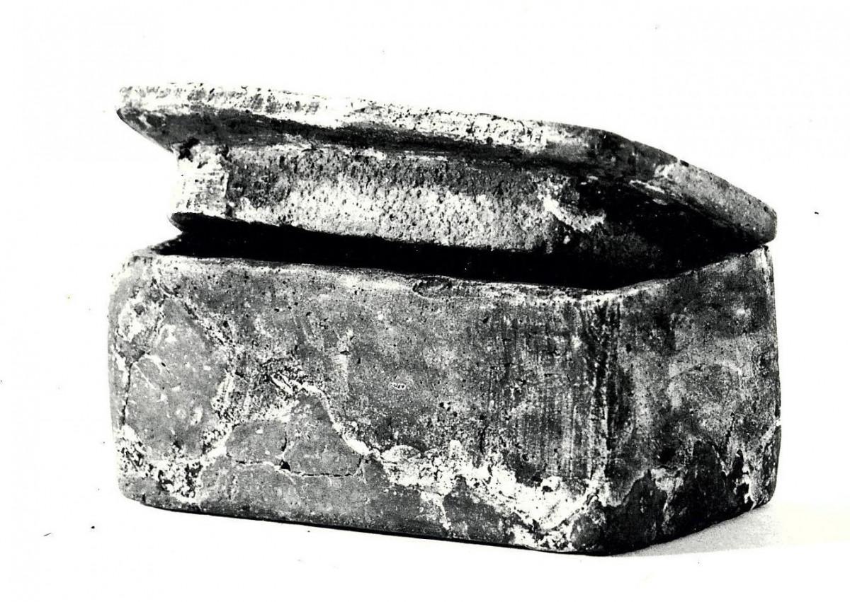 Jakie artefakty odnaleziono na starożytnym rumskim cmentarzysku?