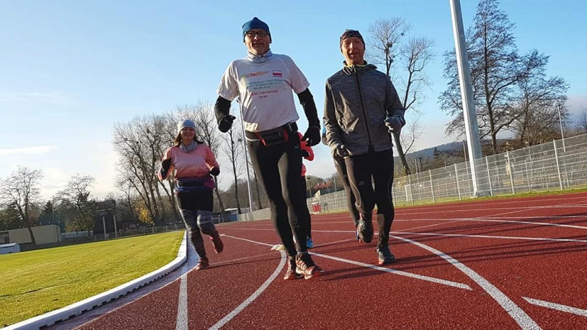 Pokonał 100 kilometrów, biegnąc po bieżni miejskiego stadionu